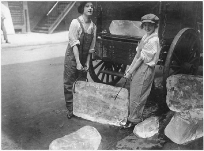 Девушки занимаются погрузкой тяжёлых блоков льда во время войны.